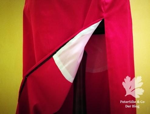 Rotes Kleid mit hohen Schlitz
