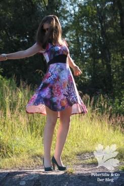 PeterSilieUndCo HonigSüß Nähkind Kleid Graffiti Blümchen 18