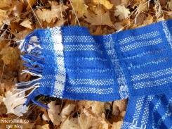 blauer schal fransen